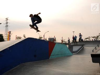 Seorang anak bermain skateboard di RTH RPTRA Kalijodo, Jakarta, Kamis (31/8). Bappeda menghapus anggaran pengadaan lahan RPTRA dalam KUPA-PPAS APBD 2017. (Liputan6.com/Helmi Fithriansyah)