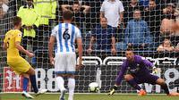 Gelandang Chelsea Jorginho (kiri) sukses mengeksekusi penalti pada laga Liga Inggris melawan Huddersfield Town di John Smith's Stadium, Sabtu (11/8/2018). (AFP/Oli Scarff)