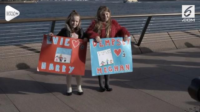 Penggemar Prince Harry dan Meghan Markle sudah siap menyambut kedatangan mereka di Sydney Harbour, Australia.