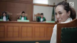 Istri Roby Geisha, Cinta Ratu Nansya tersenyum saat mengikuti sidang perceraian perdana di Pengadilan Agama Jakarta Selatan, Senin (12/3). Sidang beragendakan mediasi bagi kedua belah pihak. (Liputan6.com/Faizal Fanani)
