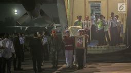 Paspampres membawa jenazah Kristiani Herrawati atau Ani Yudhoyono saat tiba di Lanud Halim Perdanakusumah, Jakarta Timur, Sabtu (1/6/2019). Jenazah tiba bersama keluarga SBY menggunakan pesawat Hercules VIP C 130 dan disemayakamkan di Puri Cikeas, Bogor. (Liputan6.com/Faizal Fanani)