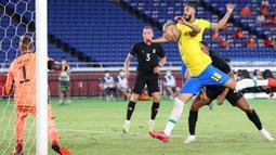 Unggul satu gol, Brasil makin meningkatkan intensitas serangan. Lewat serangan Balik pada menit ke-22, Richarlison mampu membuat gol kedua lewat tandukan usai menerima umpan matang Guilherme Arana. Brasil 2, Jerman 0. (Foto: AFP/Yoshikazu Tsuno)