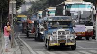 Deretan mobil Jeepney terjebak di antara kemacetan yang terjadi di Manila, Filipina, Jumat (22/11/2019). Jeepney merupakan transportasi umum paling populer dan sudah menjadi ikon di Filipina. (Bola.com/M Iqbal Ichsan)
