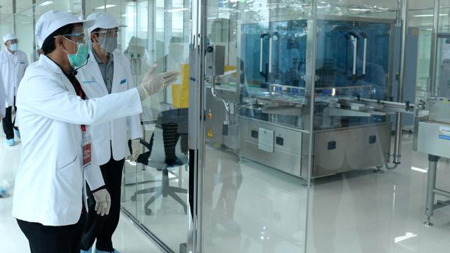 Jokowi Tinjau Fasilitas Produksi Vaksin Covid-19 di Bio Farma