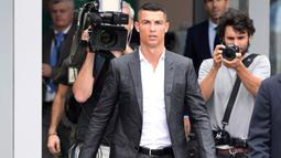 Cristiano Ronaldo puncaki rekor pembelian di Liga Italia. Juventus rela merogoh kocek dalam untuk mendatangkannya dari Real Madrid pada 2018 silam. Nilai transfernya diketahui tercatat sebesar 88 juta poundsterling atau sekitar Rp1,7 triliun. (Foto: AFP/Miguel Medina)