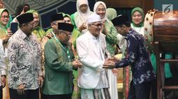 Presiden Joko Widodo atau Jokowi bersalaman saat menghadiri Harlah ke-93 NU di Jakarta, Kamis (31/1). Jokowi didampingi Ketua Umum PBNU Said Aqil Siradj. (Liputan6.com/Angga Yuniar)