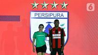 Pemain Persipura berpose mengenakan jersey untuk Shopee Liga 1 2020 saat acara Launcing di Hotel Fairmont, Jakarta, Senin (24/2/2020). Shopee Liga 1 2020 diikuti 18 klub terbaik Indonesia. (Liputan6.com/Johan Tallo)