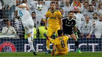 Pemain Real Madrid, Toni Kroos gagal mencetak gol ke gawang Juventus pada leg kedua babak perempat final Liga Champions di Santiago Bernabeu, Rabu (11/4). Real Madrid melaju ke semifinal meski kalah 1-3 dari Juventus. (AP/Paul White)