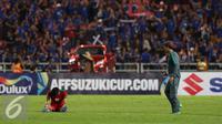 Bek Timnas Indonesia, Fachruddin tertunduk usai laga final kedua Piala AFF 2016 melawan Thailand di National Stadium Rajamangala, Bangkok, Sabtu (17/12). Indonesia kalah 2-0 dan harus puas menjadi runner up. (Liputan6.com/Helmi Fithriansyah)