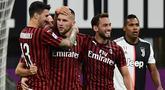 Pemain AC Milan merayakan gol yang dicetak Ante Rebic ke gawang Juventus pada laga lanjutan Serie A pekan ke-31 di Stadion San Siro, Rabu (8/7/2020) dini hari WIB. AC Milan menang 4-2 atas Juventus. (AFP/Miguel Medina)