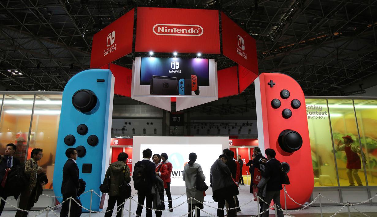 Nintendo memperkenalkan konsol barunya, Switch di Tokyo, Jumat (13/1). Nintendo akan membanderol konsol barunya ini dengan harga 29,980 yen atau sekitar Rp 3,5 juta dan dijual secara global. (AP Photo/ Koji Sasahara)