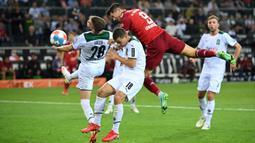 Bayern Munich mencoba menyamakan kedudukan. Robert Lewandowski beberapa kali terlihat memiliki peluang emas di muka gawang Moenchengladbach yang dikawal oleh Yann Sommer. Namun hingga menit ke-26, usahanya belum membuahkan hasil. (Foto: AFP/Ina Fassbender)