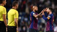 Pemain Barcelona, Lionel Messi dan rekannya, Chile Arturo Vidal berselebrasi setelah menang atas Real Madrid pada laga leg kedua semifinal Copa del Rey di Stadion Santiago Bernabeu, Rabu (27/2). Barcelona menang telak 3-0.  (OSCAR DEL POZO / AFP)