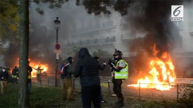 Presiden Prancis Emmanuel Macron akan menaikkan upah minimum warga Prancis setelah didesak berbagai demonstrasi yang mengarah pada aksi anarkis.