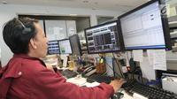 Pekerja mengamati pergerakan Indeks Harga Saham Gabungan (IHSG) di salah satu perusahaan Sekuritas di Jakarta, Rabu (14/11).  Pasar saham Indonesia naik 23,09 poin atau 0,39% ke 5.858,29.(Www.sulawesita.com)
