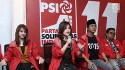 Ketua umum PSI, Grace Natalie memberi keterangan saat konferensi pers di kantor DPP PSI, Jakarta, Jumat (1/6). Bareskrim Polri telah memberhentikan kasus dugaan pelanggaran pemilu oleh Partai Solidaritas Indonesia (PSI). (Liputan6.com/Herman Zakharia)