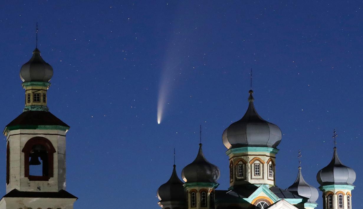 Komet Neowise atau C / 2020 F3 terlihat di belakang sebuah gereja Ortodoks di atas Turet, Belarus, 110 kilometer (69 mil) barat ibu kota Minsk, Selasa (14/7/2020) pagi. Bulan ini, komet Neowise melintasi tata surya bagian dalam untuk pertama kalinya dalam 6.800 tahun. (AP Photo/Sergei Grits)