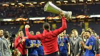 Zlatan Ibrahimovic mengangkat trofi juara Liga Europa usai timnya mengalahkan Ajax pada final di Friends Arena, Stockholm, Swedia, (24/5/2017). MU menang 2-0. (AP/Martin Meissner)