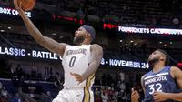 Center New Orleans Pelicans, DeMarcus Cousins (kiri), melewati penggawa Minnesota Timberwolves, Karl-Anthony Towns, pada lanjutan NBA, Rabu (1/11/2017) waktu setempat. Timberwolves menang 104-98. (AP Photo/Scott Threlkeld)