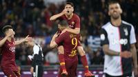 Edin Dzeko (tengah) bergembira bersama rekan setimya Romas Cengiz dan Stephan El Shaarawy usai mencetak gol kedua AS Roma ke gawang Juventus. Roma menang 2-0 di Olimpico Stadium, Minggu (12/5/2019). (Claudio Peri / ANSA via AP)