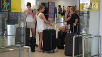 Calon penumpang menunggu keberangkatan di Bandara Internasional I Gusti Ngurah Rai, Bali, Kamis (30/11). Aktivitas kedatangan dan keberangkatan Bandara Internasional I Gusti Ngurah Rai sudah beroperasi dengan normal. (Liputan6.com/Immanuel Antonius)