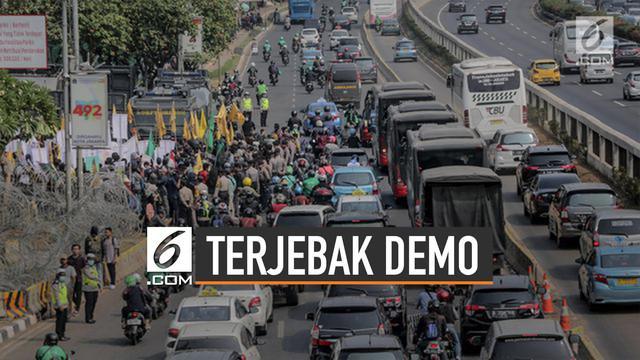Aksi demo merebak di beberapa wilayah Indonesia. Pengguna jalan kerap terjebak di situasi demo yang memanas.