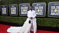 Billy Porter kenakan gaun berdetail bulu-bulu dan kristal swarovski saat menghadiri acara Golden Globe 2020. (FRAZER HARRISON / GETTY IMAGES NORTH AMERICA / AFP)