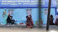 ara pencari suaka duduk-duduk di halaman gedung bekas Markas Kodim di kawasan Kalideres, Jakarta, Selasa (16/7/2019). Rata-rata para pencari suaka tersebut berasal dari Afghanistan, Pakistan, Somalia, Sudan, Iraq, dan Iran. (Liputan6.com/Helmi Fithriansyah)