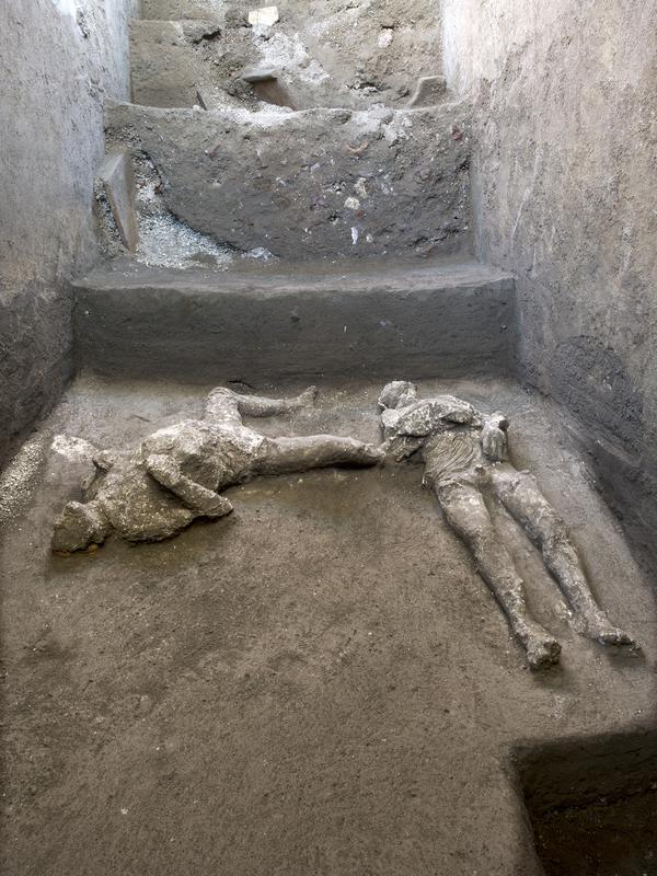 Para arkeolog menemukan sisa jasad dua penduduk kota kuno Romawi Pompeii, seperti diumumkan otoritas arkeologi Italia pada Sabtu (21/11/2020). Dua jasad itu diperkirakan berasal dari tahun 79 M saat Pompeii dilanda letusan gunung berapi hingga menghancurkan kota (Parco Archeologico di Pompei via AP)