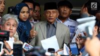 Politikus senior PAN, Amien Rais memberikan pernyataan sebelum memasuki ruang pemeriksaan di Polda Metro Jaya, Jakarta, Rabu (10/10). Ini merupakan pemanggilan kedua Amien Rais dalam kasus hoaks Ratna Sarumpaet. (Liputan6.com/Johan Tallo)