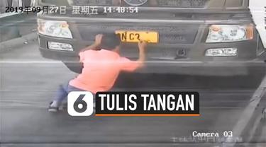 Seorang pria di China menggunakan plat nomor polisi yang ditulis dengan tangan pada bagian depan mobilnya. Hal itu ia lakukan untuk menghindari kamera pengintai.