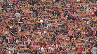 Suporter Persija, The Jakmania, memberikan dukungan saat pertandingan melawan Persiba pada laga Liga 1 di Stadion Patriot, Bekasi, Jumat  (12/8/2017).Persija menang 2-0 atas Persiba. (Bola.com/M Iqbal Ichsan)