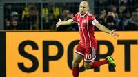 Arjen Robben melakukan selebrasi usai mencetak gol ke gawang Borussia Dortmund pada pertandingan Bundesliga Jerman di Dortmund, (4/11). Munchen memuncaki klasemen dengan 26 poin, unggul empat poin dari RB Leipzig. (AP Photo / Martin Meissner)