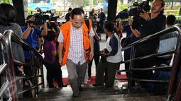 Mantan Walikota Cimahi M Itoc Tochija tertunduk saat akan menjalani pemeriksaan lanjutan di Gedung KPK, Jakarta, Senin (30/1). Itoc Tochijah diduga menerima suap dari pengusaha TDB dan HSG pada 1 Desember 2016 lalu. (Liputan6.com/Helmi Fithriansyah)