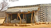 Dekorasi cantik rumah warga Tiebele dibuat menggunakan lumpur berwarna dan kapur.