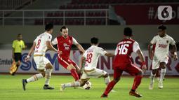 Pemain Persija Jakarta, Marc Klook (dua kiri) mengontrol bola dibayangi sejumlah pemain PSM Makassar dalam pertandingan semifinal leg kedua Piala Menpora 2021 di Stadion Manahan, Solo, Minggu (18/4/2021). (Bola.com/Ikhwan Yanuar)