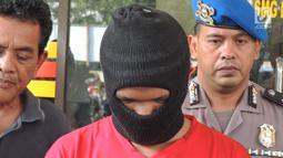 Pelaku pembunuhan PSK Ayu Sinar Agustin alias Ninin (23) tertunduk saat rilis di Mapolsek Semarang Barat, Sabtu (15/9). Pelaku menghabisi korban dengan cara dibekap menggunakan Bantal. (Liputan6.com/Gholib)