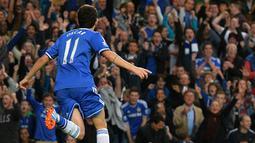 Selebrasi Oscar setelah mencetak gol pada pertandingan sepak bola Liga Utama Inggris antara Chelsea vs Fulham di Stamford Bridge, London (21/09/13). (AFP/Ben Stansall)
