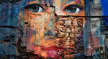 Sebuah mural wajah manusia terlihat selama festival seni jalanan tahunan Meninas de Canido di Ferrol, Spanyol, Minggu (2/9). Meninas de Canido didirikan pada tahun 2008. (MIGUEL RIOPA/AFP)