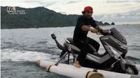 Seorang pria tengah memacu Yamaha Nmax di atas air (Bapak Mustofa Kepala Jenggot)