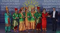 Lima orang anggota Galang Dance Community dari Padang Sumatera Barat membawakan Tari Piring yang kemudian menang World Cup of Folklore. (Sumber: KBRI Sofia)