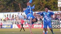 Selebrasi salto yang ditampilkan pemain PSCS Cilacap, Tinton Suharto setelah menjebol gawang Babel United di Stadion Wijayakusuma, Cilacap, Selasa (3/9/2019). (Bola.com/Vincentus Atmaja)