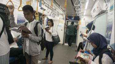 Masyarakat pengguna MRT tengah membaca buku yang disediakan disetiap stasiun MRT di Jakarta, Minggu (8/9/2019). Pemprov DKI Jakarta  meluncurkan ruang baca buku disetiap stasiun MRT untuk menumbuhkanminat baca masyarakat. (Liputan6.com/Angga Yuniar)