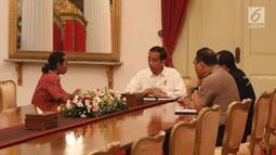 Suasana pertemuan Presiden Joko Widodo dan sopir truk Agus Yuda di Istana Negara, Jakarta, Selasa (8/5). Agus ingin melaporkan maraknya pungutan liar yang terjadi pada sopir truk hingga 6 juta. (Liputan6.com/Angga Yuniar)
