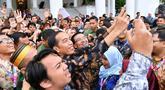 Presiden Joko Widodo berselfie dengan Peserta Kongres Indonesia Millenial Movement Tahun 2018 di Istana Bogor, Jawa Barat, Senin (12/11). (Liputan6.com/Pool/Laily Rachev-Biro Pers Setpres)