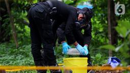Tim Kimia Biologi dan Radioaktif (KBR) Gegana Polri mengambil sampel tanah yang terpapar radioaktif di Perumahan Batan Indah, Setu, Tangerang Selatan, Sabtu (15/2/2020). Sebuah area tanah kosong di Perumahan Batan Indah, terpapar radioaktif jenis Cesium-137. (merdeka.com/Magang/Muhammad Fayyadh)