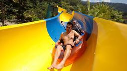 Pengunjung menggunakan pelampung meluncur di perosotan air terpanjang di dunia di Escape theme park di Teluk Bahang, Malaysia (25/9/2019). Perosotan ini mengalahkan perosoton terpanjang yang berada di New Jersey dengan panjang 605m. (AFP Photo/Sadiq Asyraf)