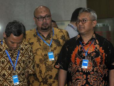 (Kiri ke kanan) Komisioner KPU Pramono Ubaid Tanthowi, Ilham Saputra, dan Arief Budiman saat tiba di Gedung KPK, Jakarta, Rabu (8/1/2020). Kedatangan mereka untuk melakukan konfirmasi kabar OTT yang menjaring salah satu Komisioner KPU, Wahyu Setiawan. (merdeka.com/Dwi Narwoko)