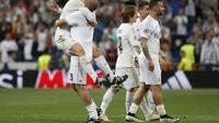 Pemain sayap Real Madrid, Gareth Bale dan Pepe memperlihatkan ekspresi gembira setelah timnya melaju ke babak final Liga Champions 2015-2016, usai menaklukkan Manchester City dengan skor 1-0, di Stadion Santiago Bernabeu, Kamis (5/5/2016) dini hari WIB. R