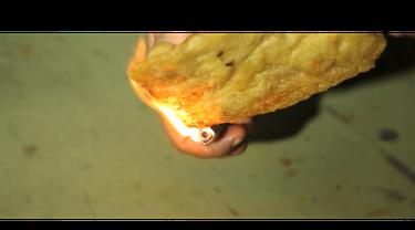Informasi yang beredar di masyarakat, untuk mengetahui gorengan yang mengandung plastik adalah dengan cara dibakar. Benarkah ?
